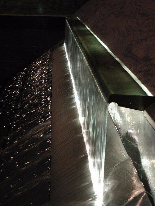 Fonte in forma di cascata illuminata dalla parte posteriore