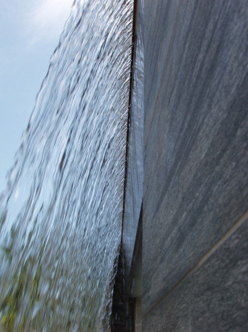 Foto da dietro una cortina di acqua