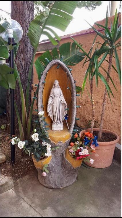 Statuetta della Madonna con bouquet di fiori