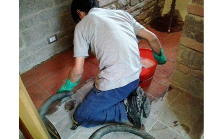 Pulizia pavimentazione in cotto interna con macchinari professionali