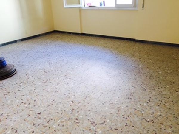 Pavimento in graniglia di marmo prima del trattamento