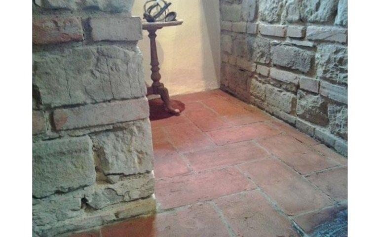 Puliza e stesura cera su pavimentazione in cotto interna PRIMA (foto 1B)