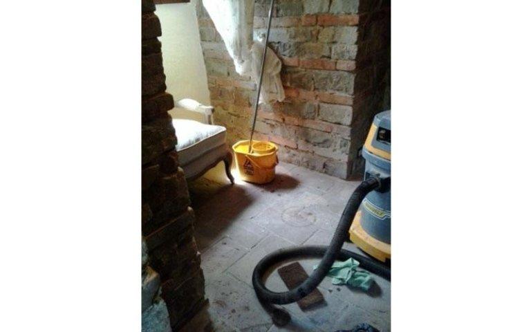 Pulizia e stesura cera su pavimentazione in cotto interna PRIMA (foto 1A)