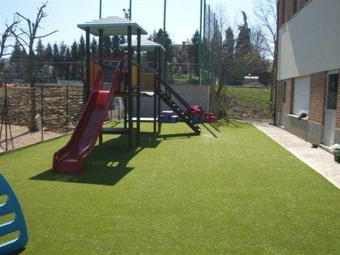 Moderno scivolo per i bambini nel giardino