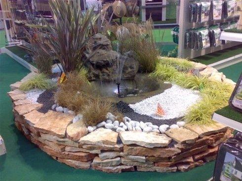 Piccolo giardino circolare circa un ugello d'acqua