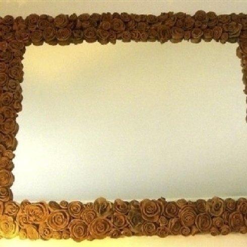Specchio con applicazione di rose in terracotta