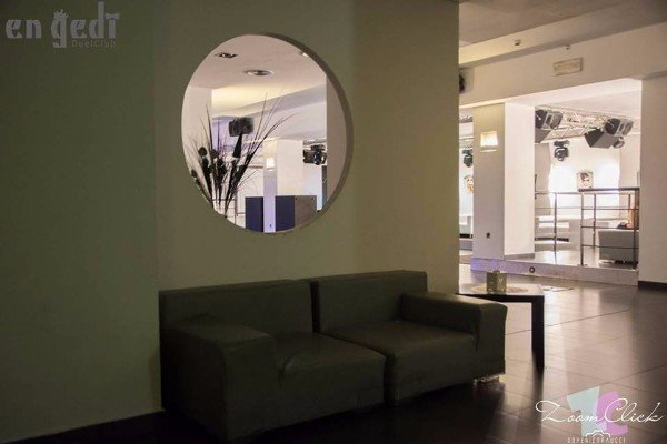 un divano in una sala d'attesa