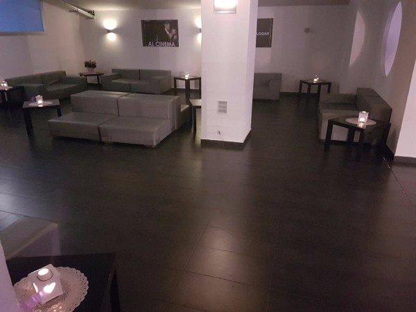 una sala con dei divani