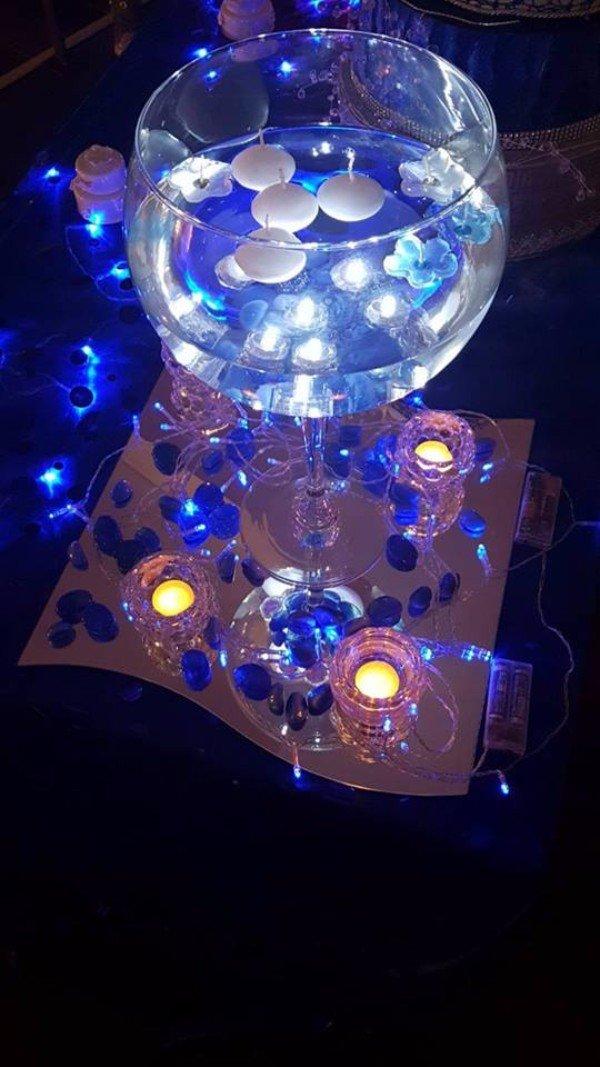 un bicchiere con dei lumini luminosi blu
