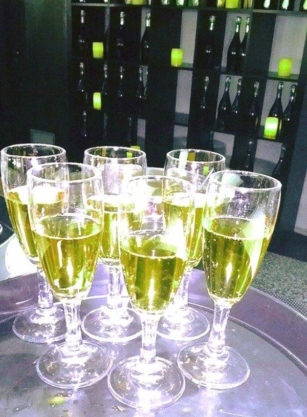 dei bicchieri con del liquido giallo