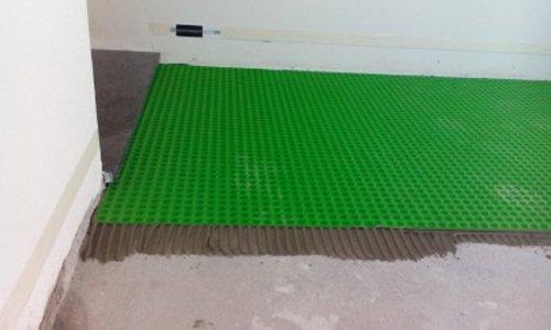 pannello verde posto sul pavimento di un cantiere