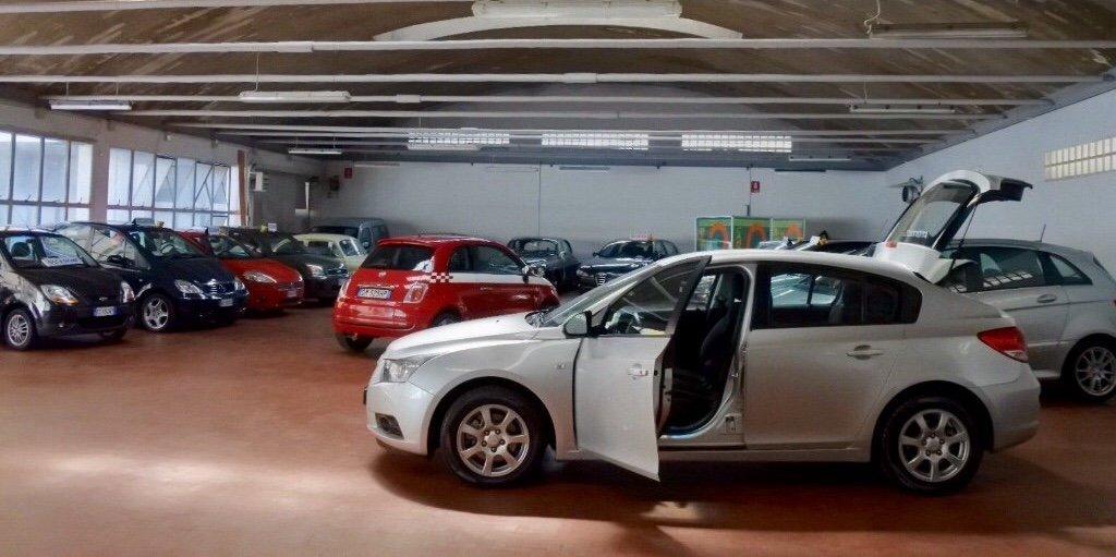 le macchine parcheggiate viste da vicino,  salone Autoconfort parcheggio lambrate Milano vendita usato