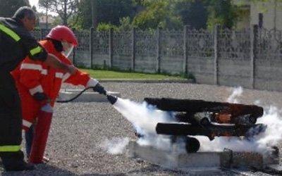 Pompiere usa estintore