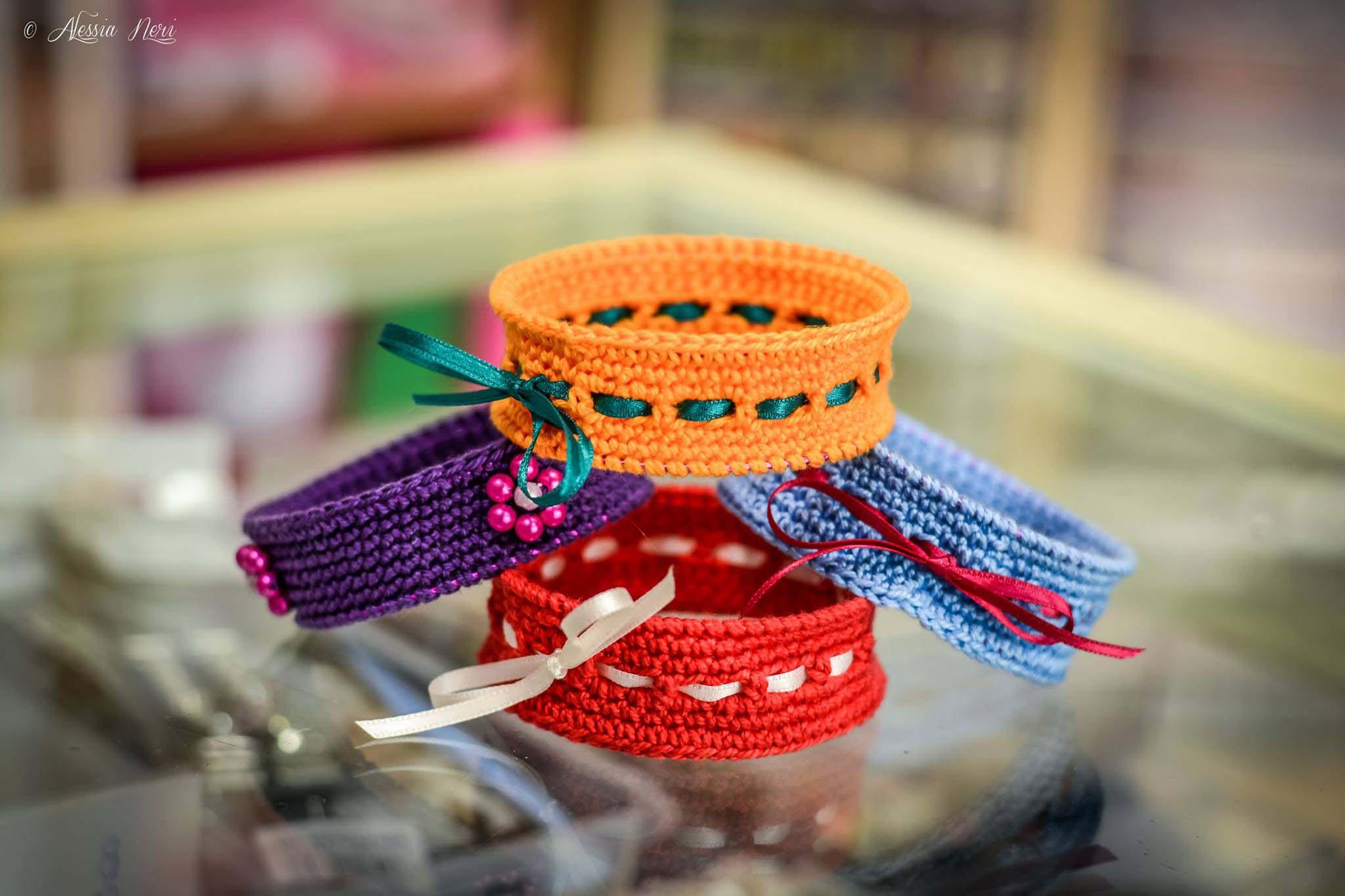bracciali in cotone rossi, arancioni, celesti e viola