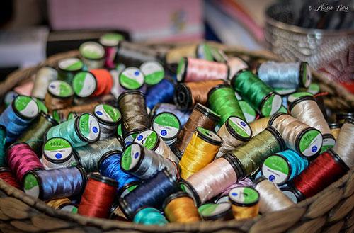 tante spolette di seta all'interno di un cesto