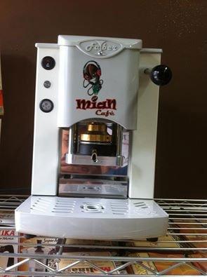 una macchinetta del caffe' Mian cafe' di color bianco