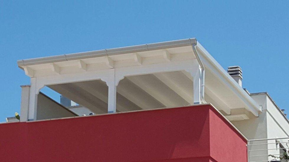copertura in legno lamellare colore decapè bianco con gronde e rifiniture bianco