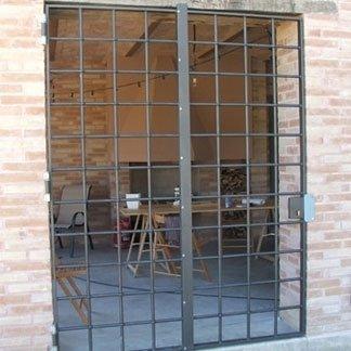 installazione cancelletto su parete in mattoni