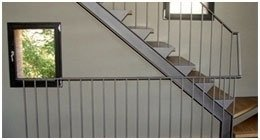 scala realizzata in acciaio e legno
