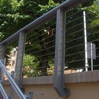 elemento in acciaio su parete in cemento
