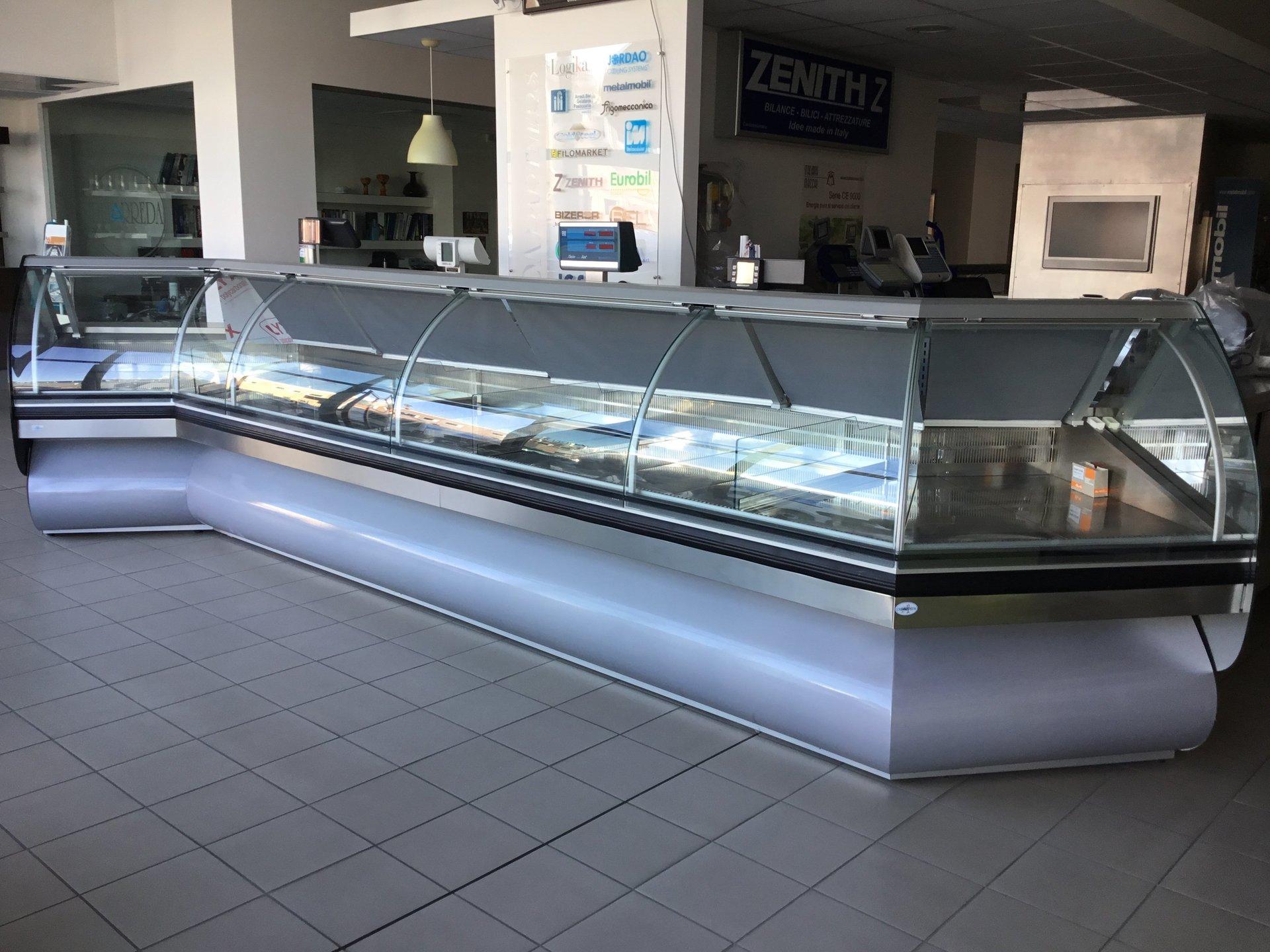 Banconi refrigerati arezzo duearreda arredamento negozi for Arredamento macelleria usato