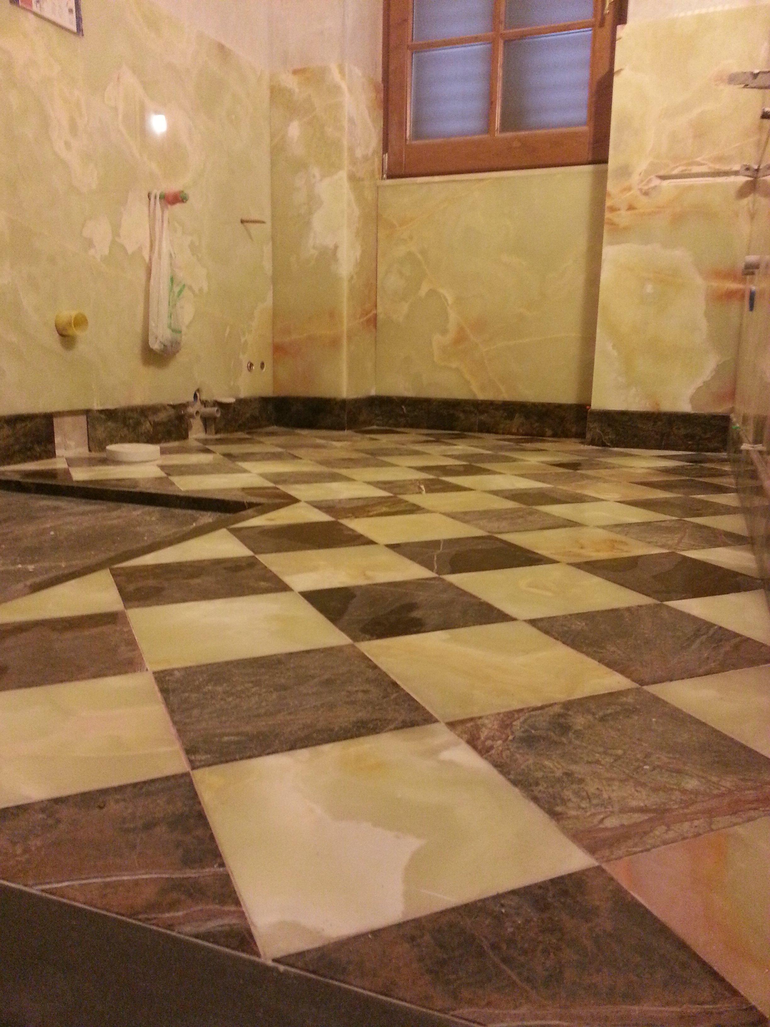 pavimento in marmo a scacchi in un bagno in costruzione