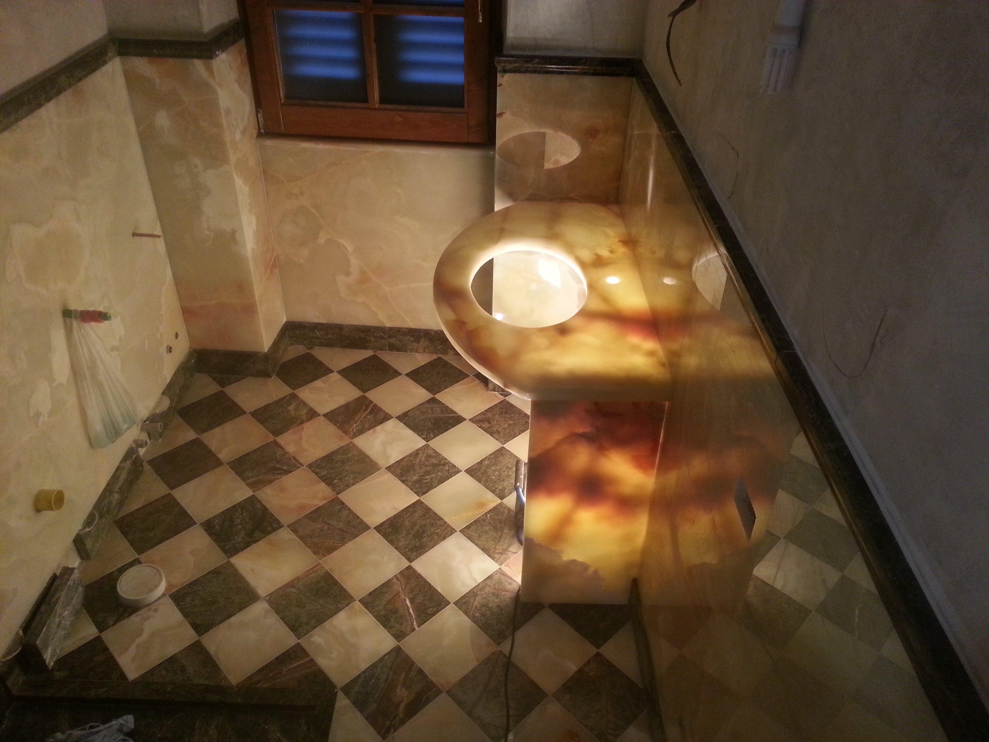 bagno con pavimento in marmo a scacchi