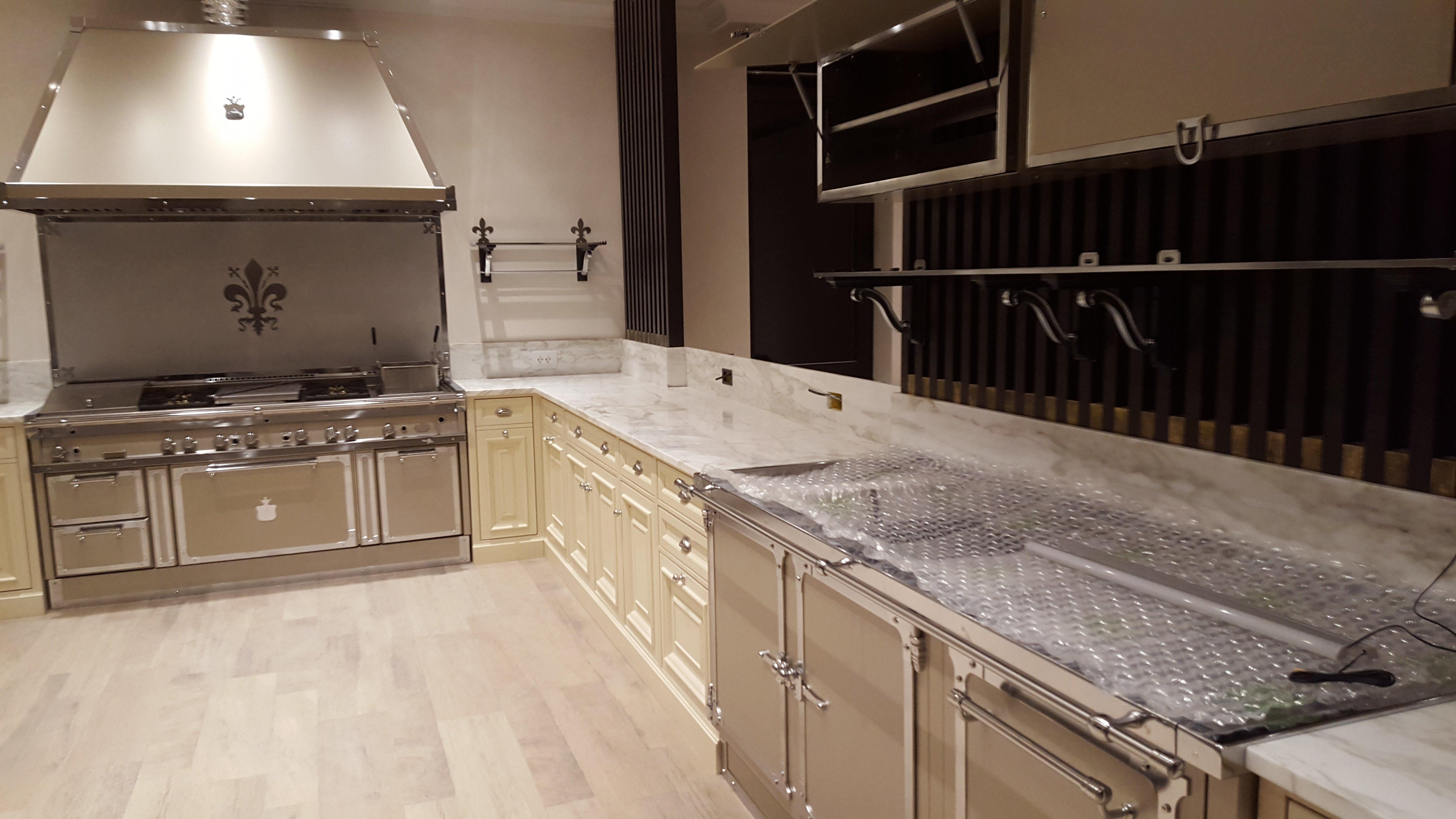 cucina con mobili e pavimenti chiari