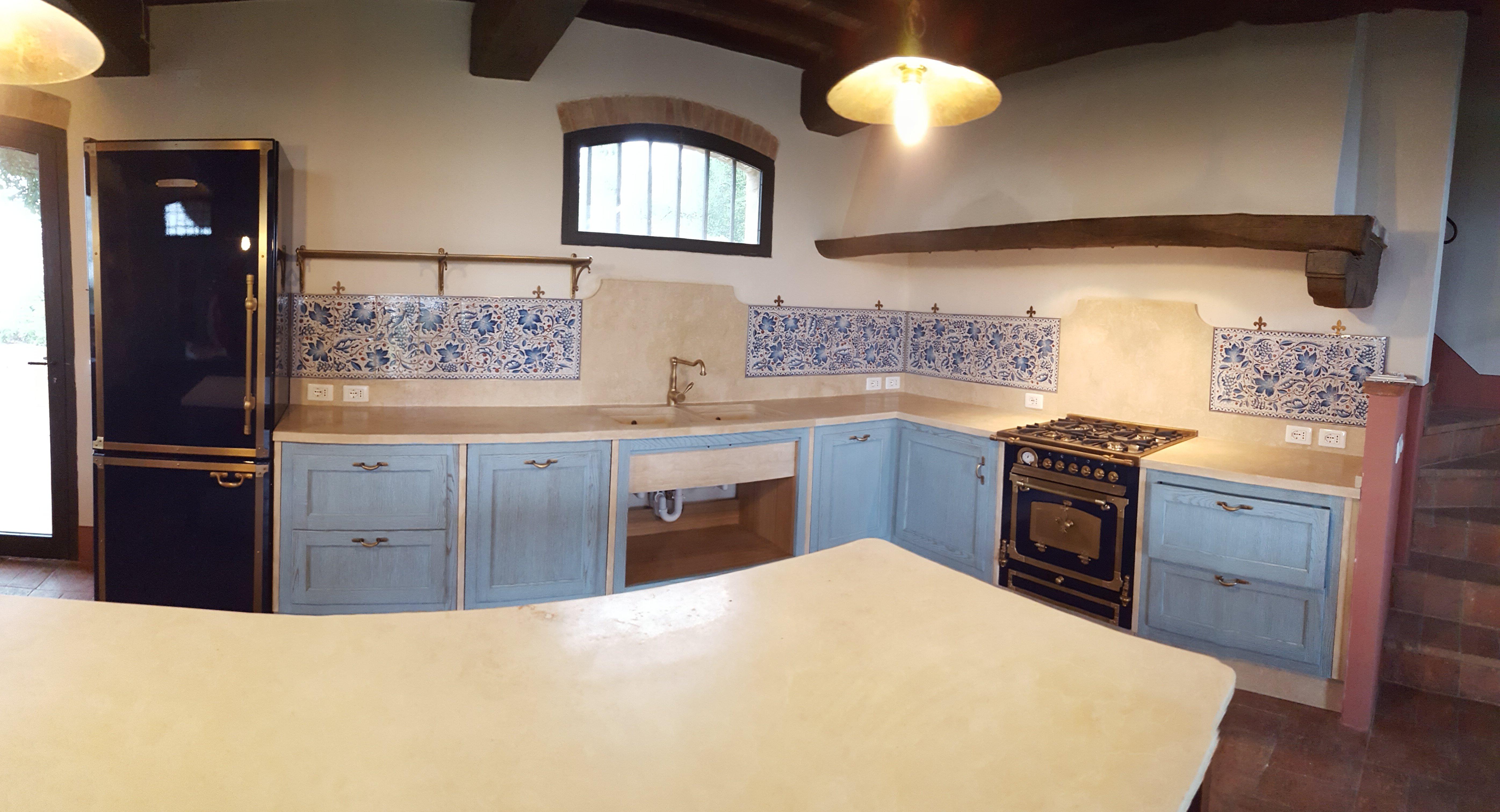 cucina con mobili azzurri e bianchi
