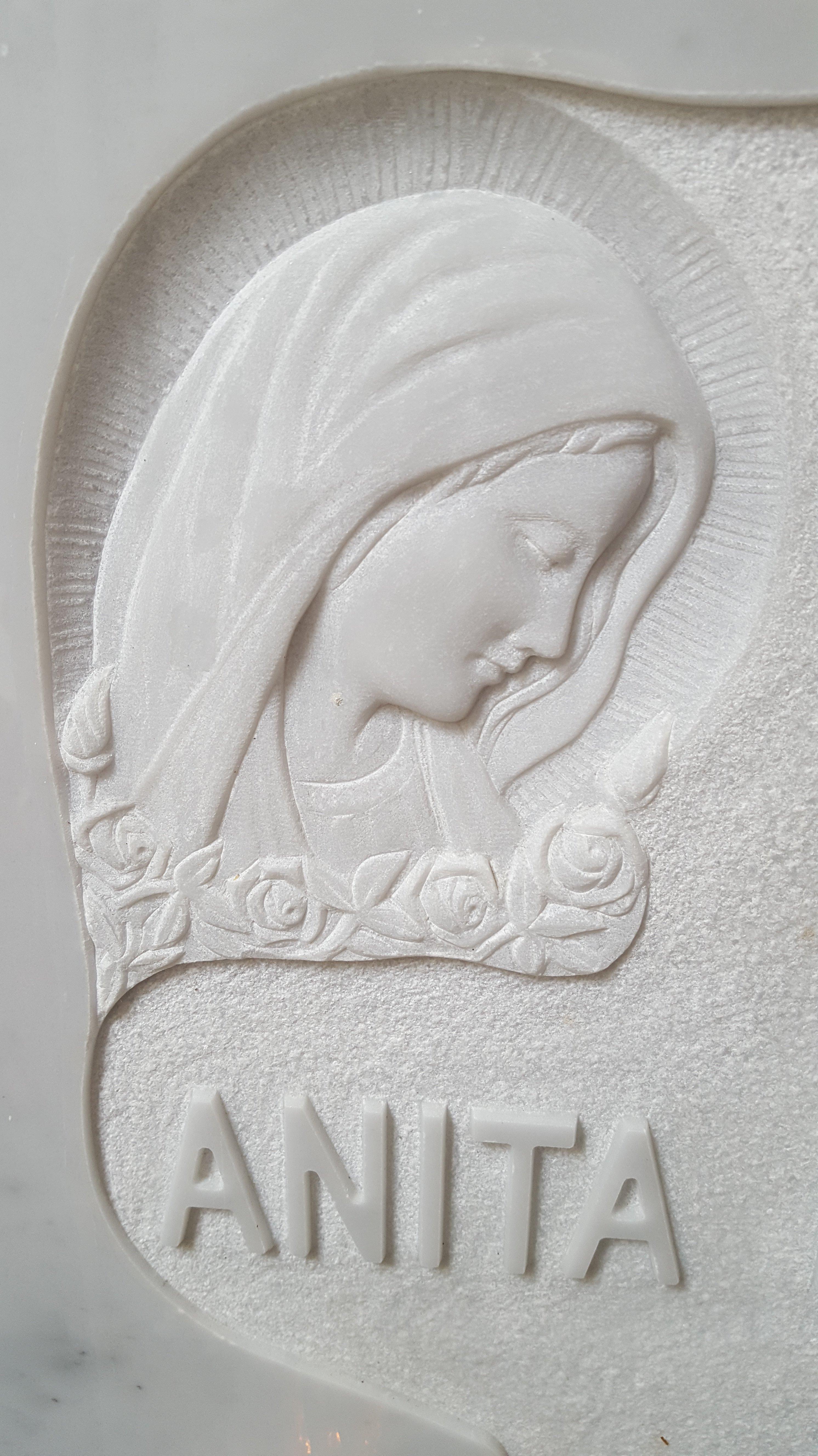 una madonna in rilievo su una lapide