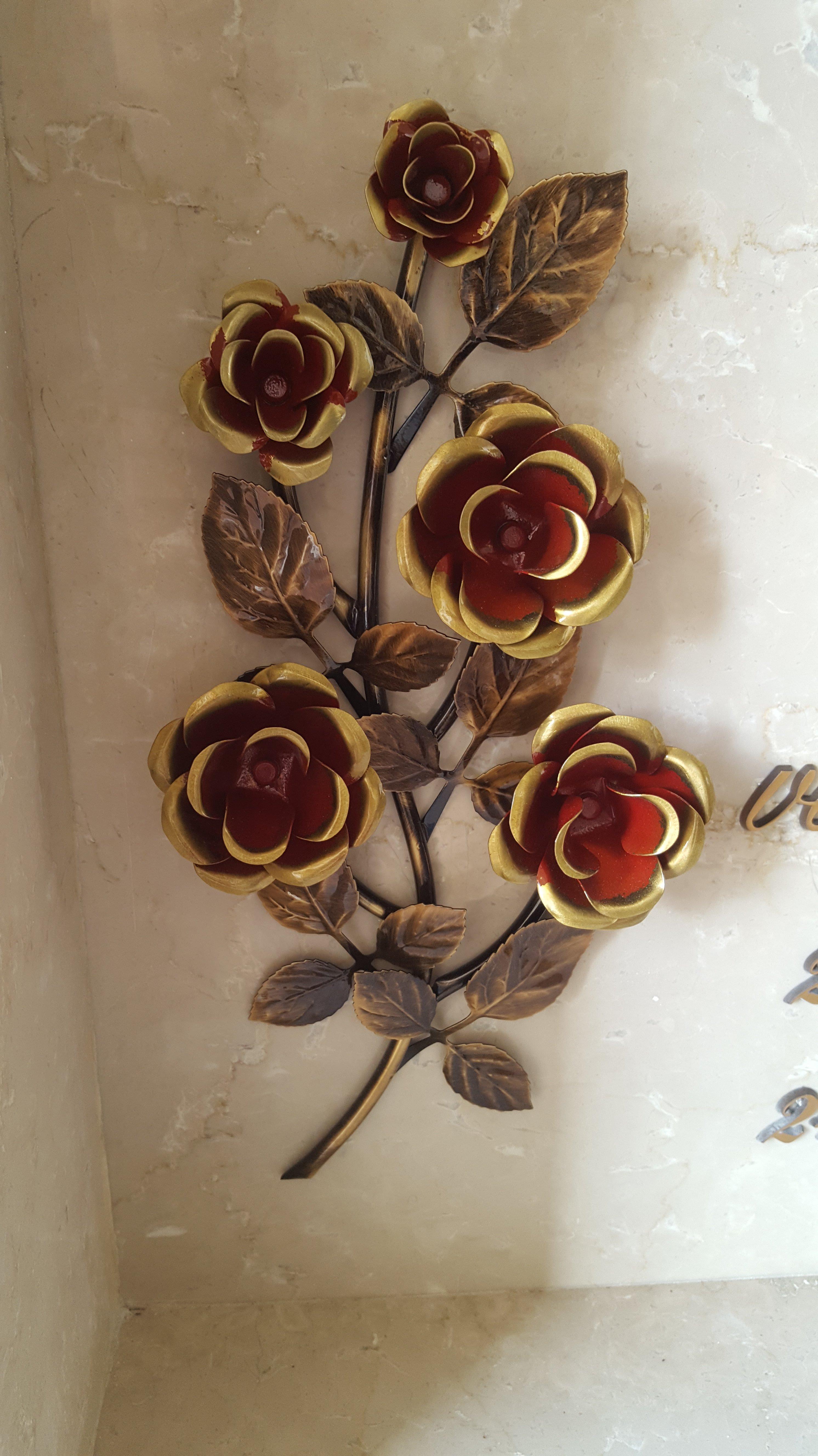 fiori 3d come decorazioni su una lapide