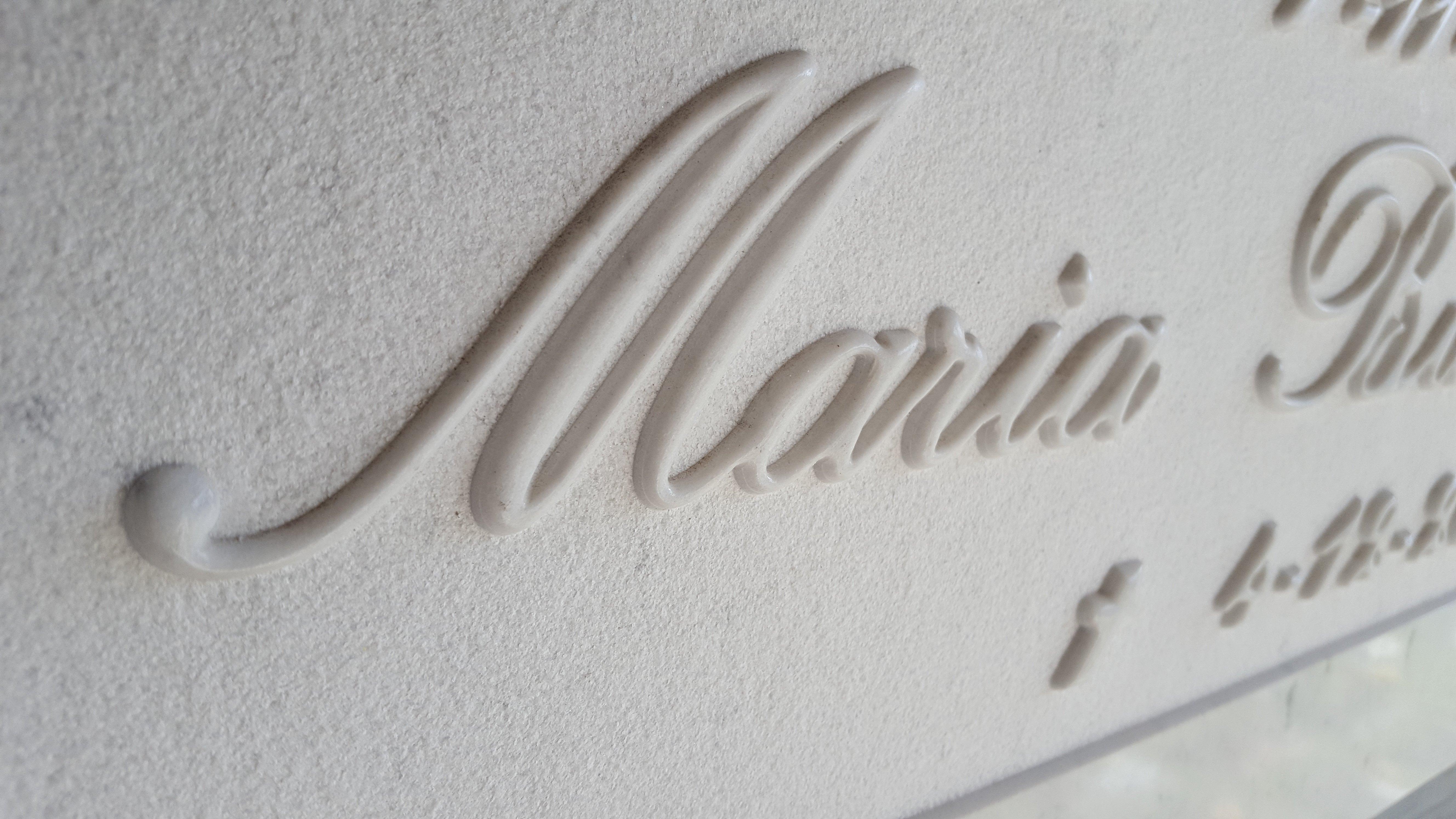 Nome scritto in rilievo su lapide