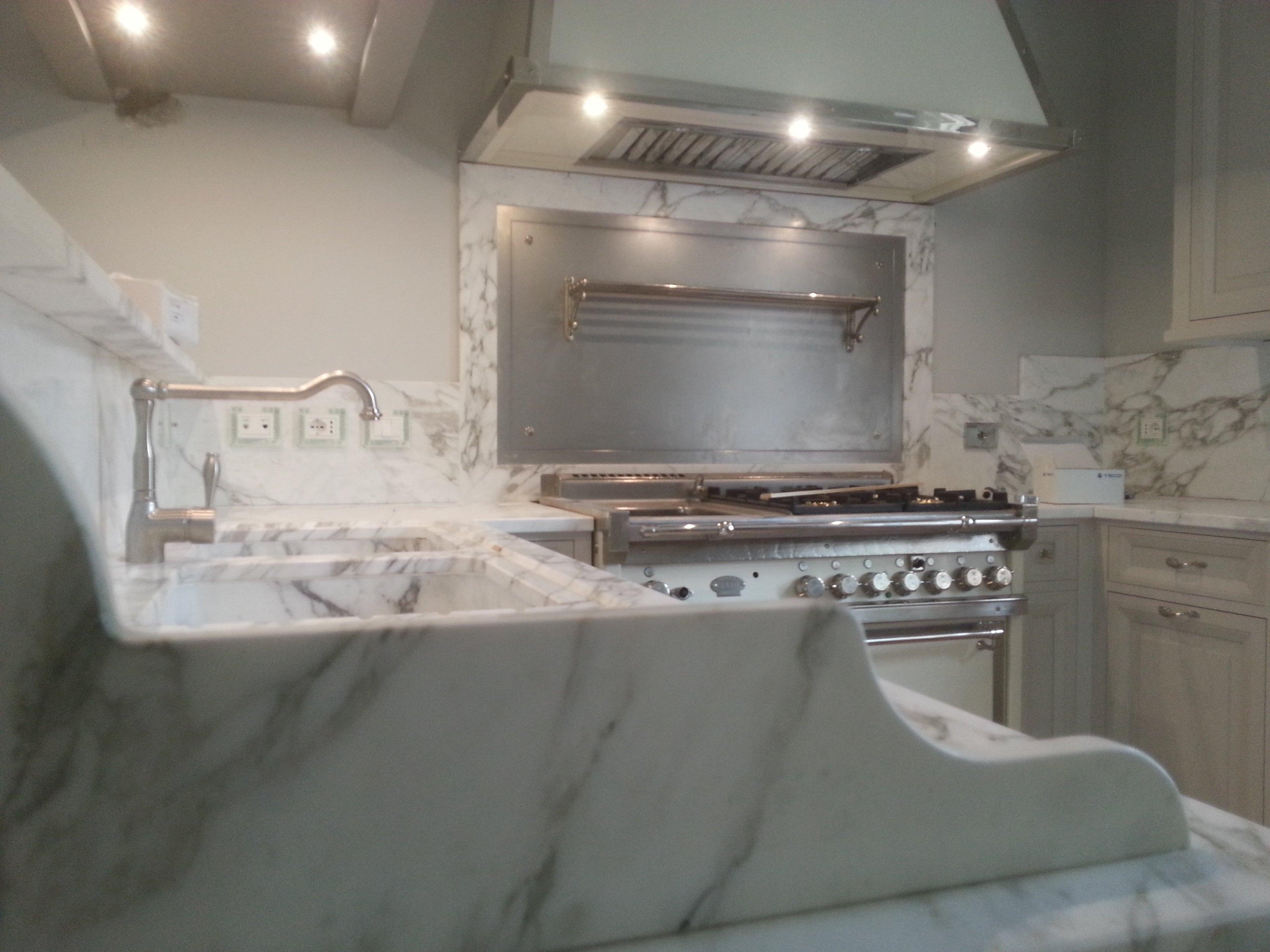 cucina in marmo bianco con mobili chiari