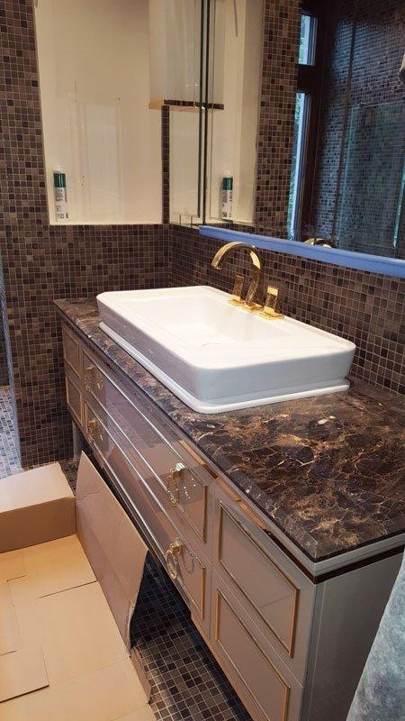 bagno con mosaico sui muri e piano in marmo