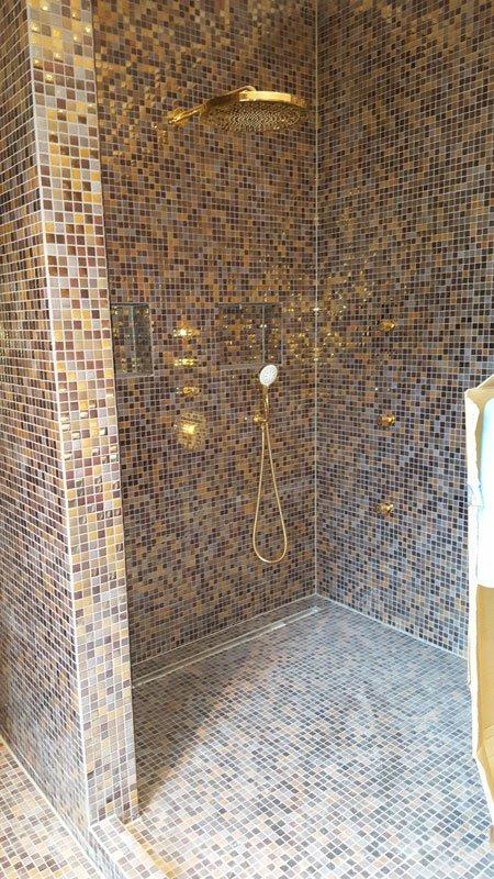 doccia con mosaico su tutte le pareti