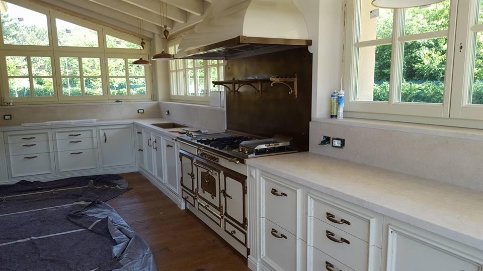 cucina con parquet e mobili bianchi