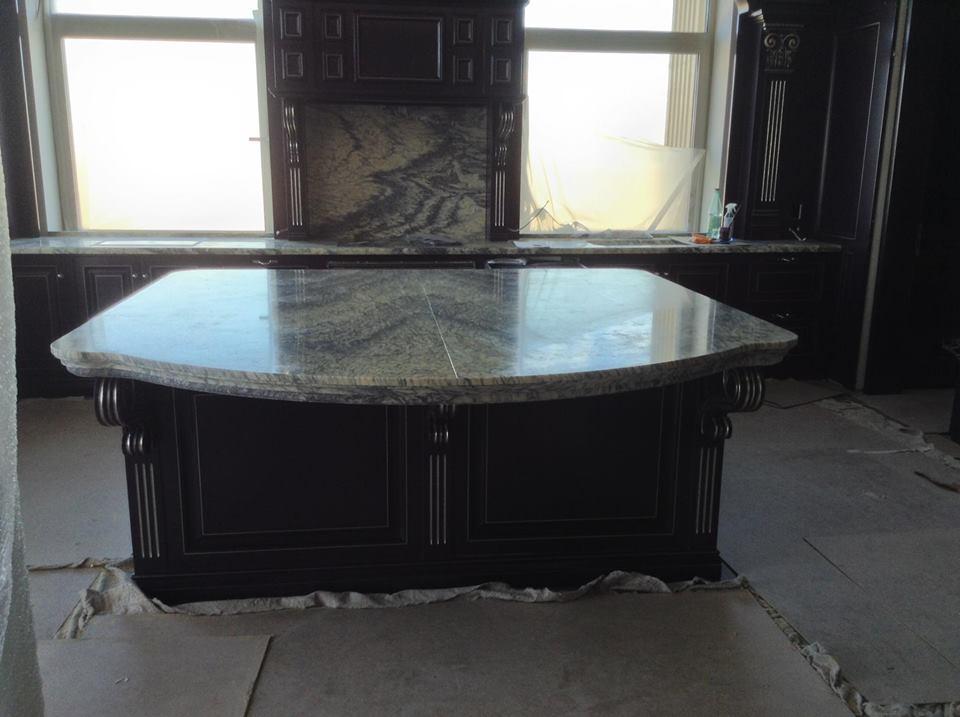 piano cucina in marmo con mobili marrone scuro