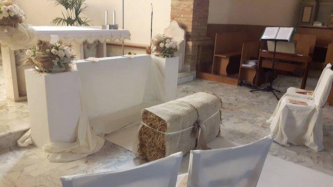Balla di fieno di fronte all'altare