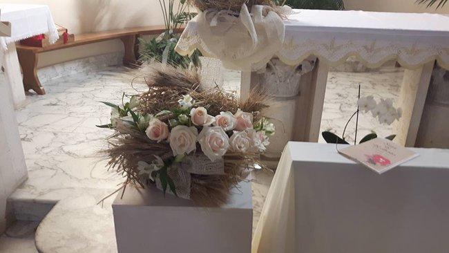 Bouquet di fiori bianchi sull'altare