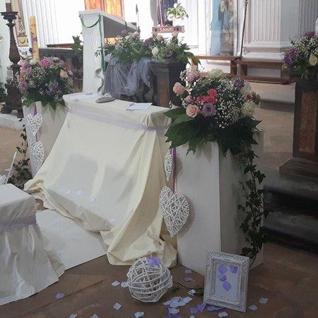 Altare addobbato con fiori