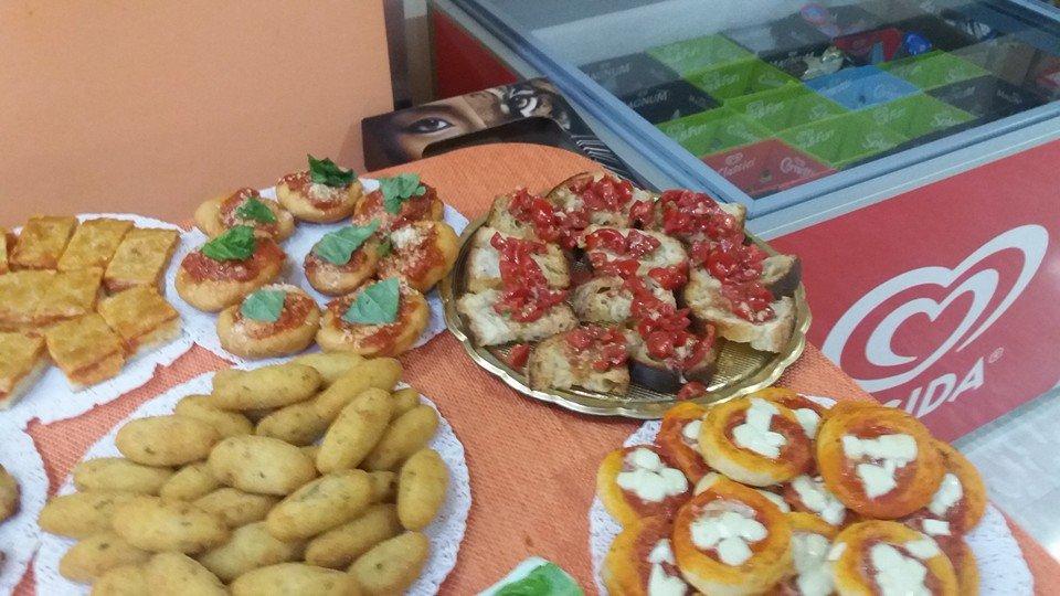Bruschette, pizzette e crocchette per aperitivo poggiati su un tavolo