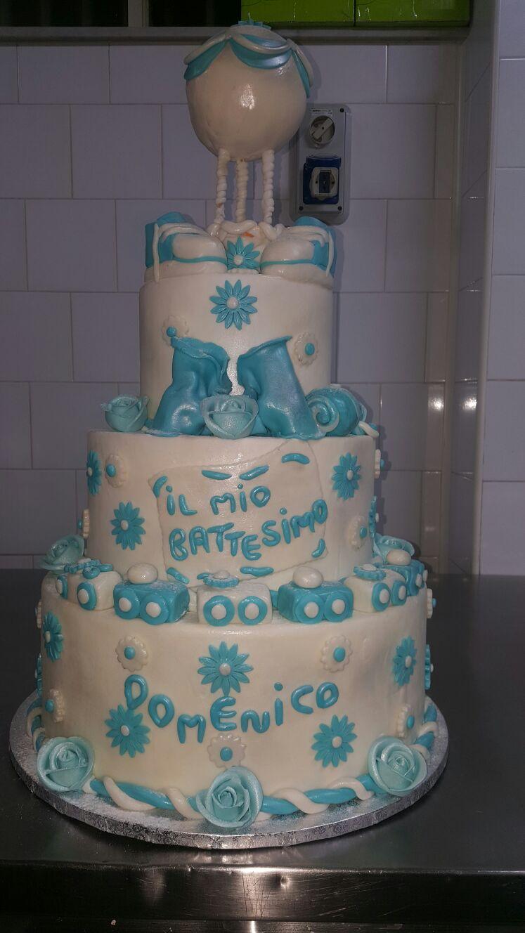 Torta bianca e azzurra da battesimo