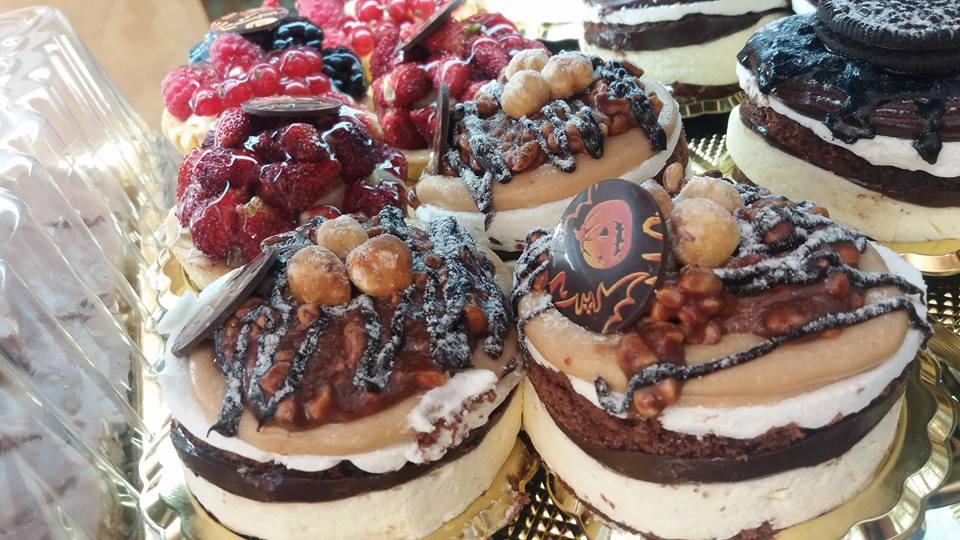 Torte di diverso tipo, al cioccolato e alla frutta a tema Halloween