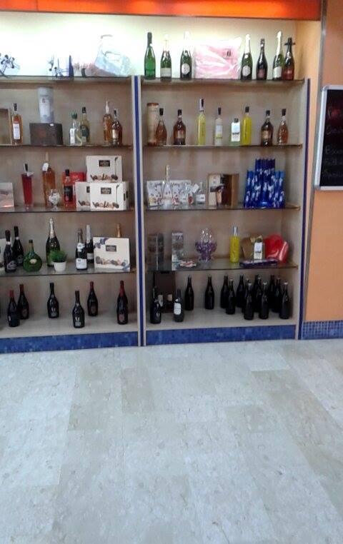 Esposizione di vini in bottiglia