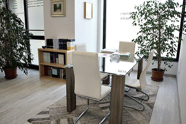 studio legale con sedie bianche