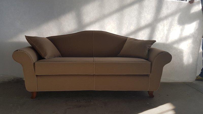un divano marrone