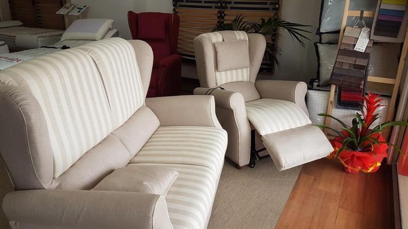 un divano e una poltrona all' interno del negozio