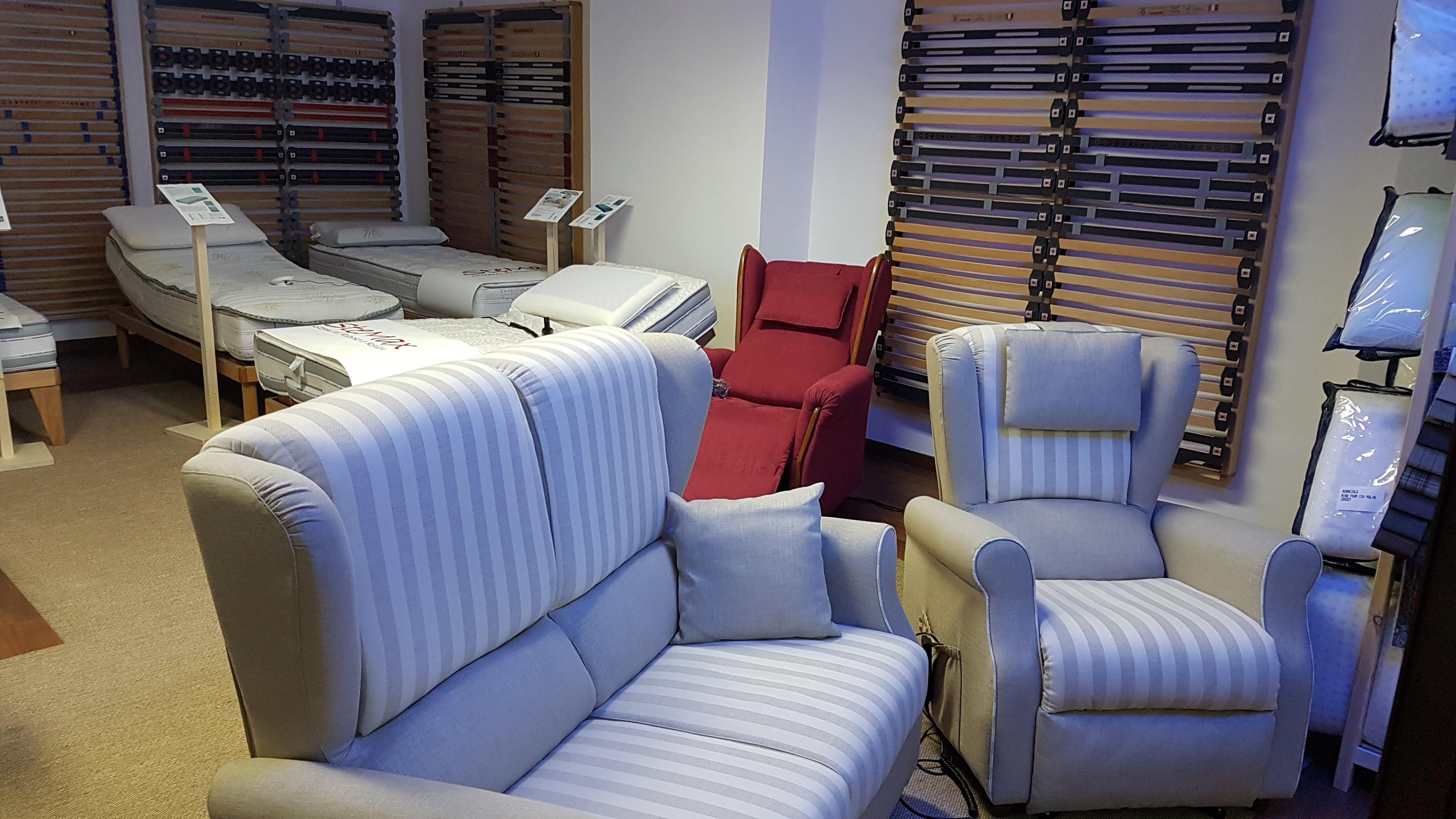 interno del negozio con divani e poltrone
