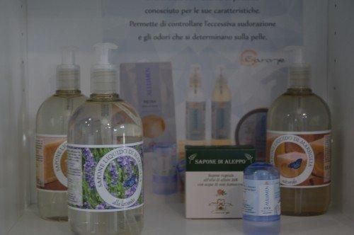 Oli di erbe per la cura della pelle