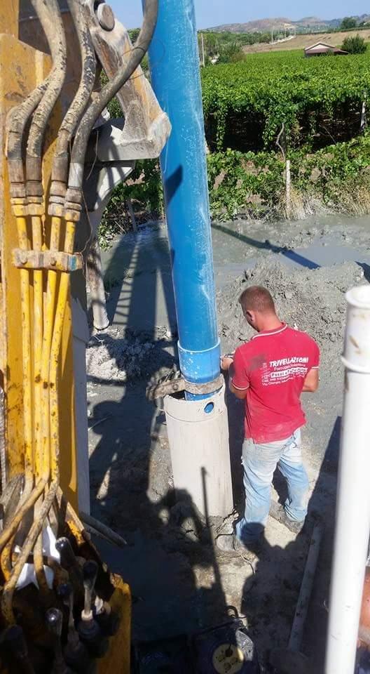 operatore lavora su pompa sommersa